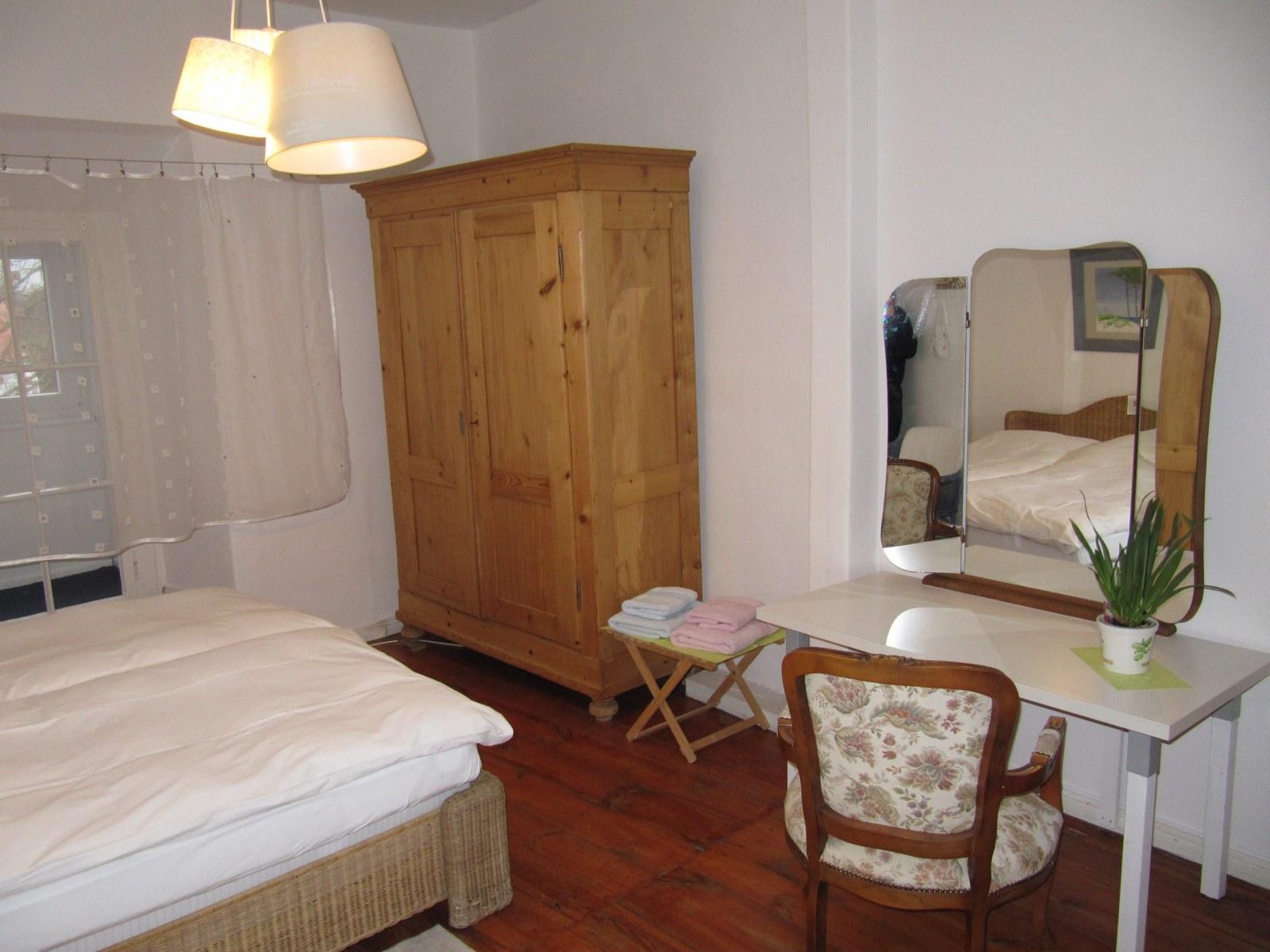 Maisonette-Schlafzimmer-mit-Spiegel-scaled